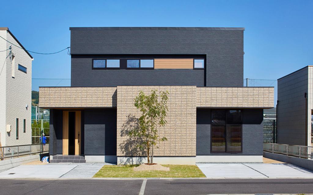 重厚感のあるアクセントタイルが印象的な家